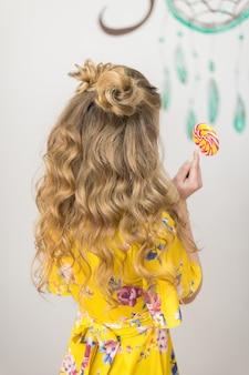 Jong meisje met een modieuze kapsellook vanaf de achterkant