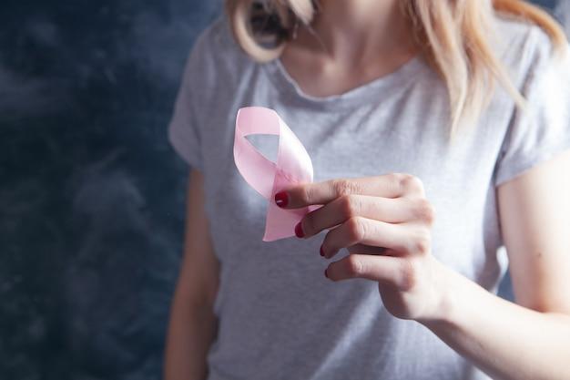 Jong meisje met een roze lint