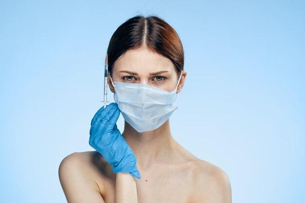 Jong meisje met een spuit voor injectie in de huid