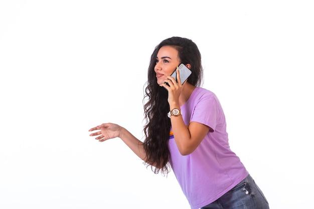 Jong meisje met een telefoontje en praten