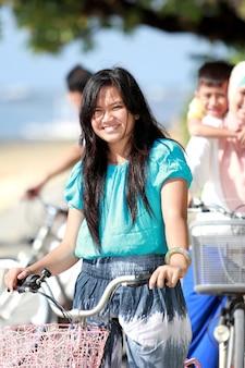 Jong meisje met haar familie