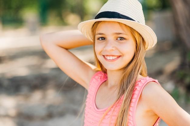 Jong meisje met hand achter het hoofd op het strand