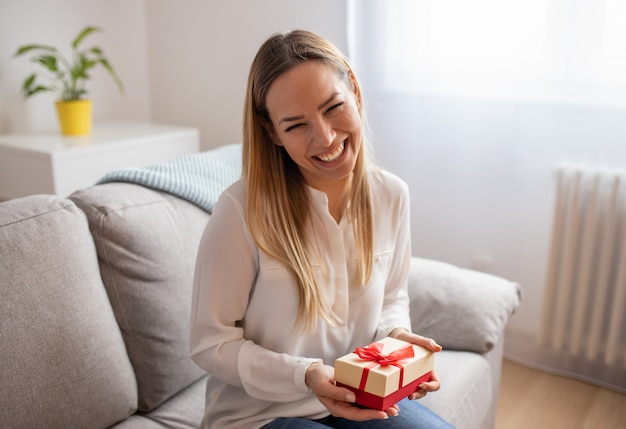 Jong meisje met kerstmis of verjaardagscadeau doos