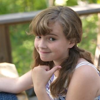 Jong meisje met onderzoekende blik op haar gezicht in lake of the woods, ontario