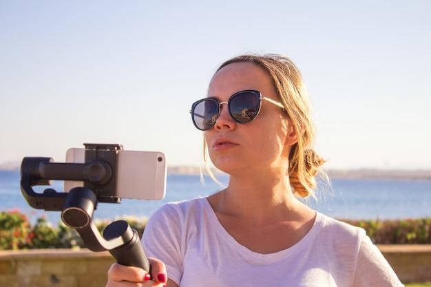 Jong meisje met plezier met nieuwe technologische trends