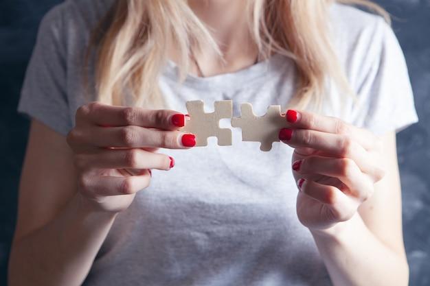 Jong meisje met puzzelstukjes