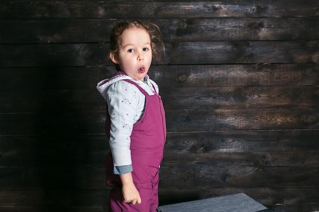 Jong meisje met tong dragen jumpers