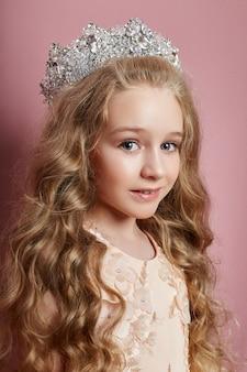 Jong meisje mist schoonheid in een mooie jurk. cosmetica en make-up voor kinderen