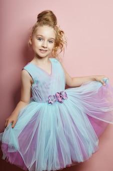 Jong meisje mist schoonheid in een mooie jurk.