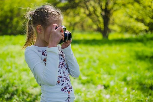 Jong meisje nemen een foto in het park
