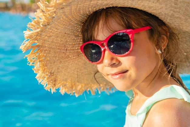 Jong meisje ontspannen in het zwembad