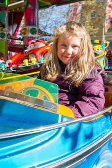 Jong meisje op carrousel