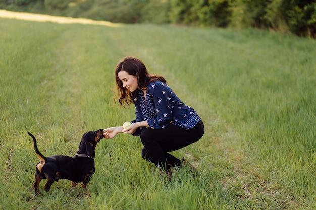 Jong meisje op een wandeling met haar puppy