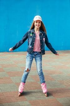 Jong meisje op rollerblades in de stad