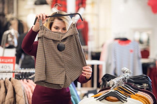 Jong meisje op zoek naar de juiste korte broek in een winkelcentrum