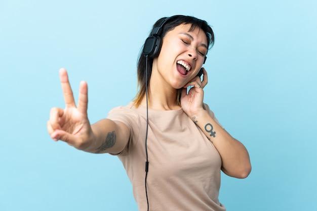 Jong meisje over geïsoleerde blauwe muziek luisteren en zingen