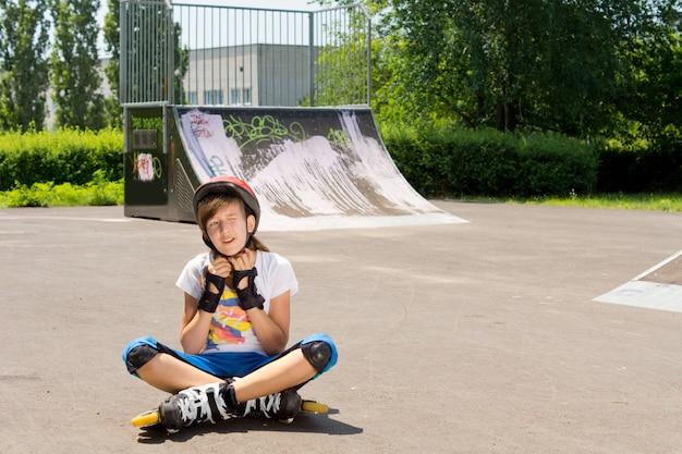 Jong meisje past haar beschermende hoofddeksels aan voordat ze verder gaat met skaten