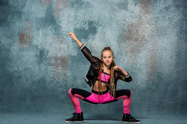 Jong meisje pauze dansen op de muur