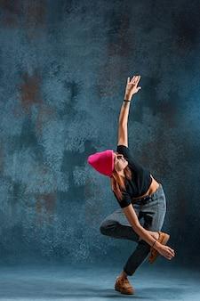 Jong meisje pauze dansen op muur achtergrond.