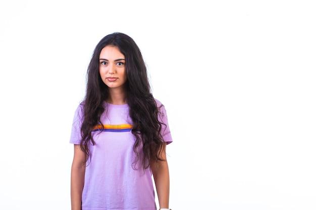 Jong meisje poseert voor het gieten van modellen.