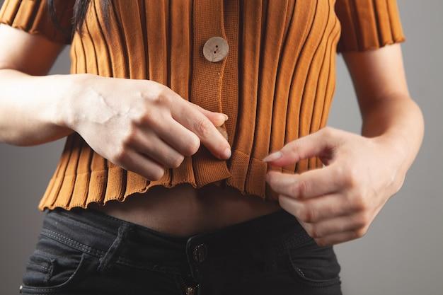 Jong meisje poseren in een korte trui in jeans