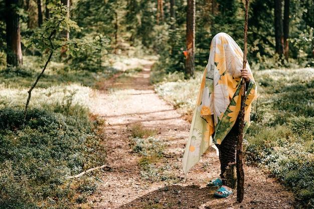 Jong meisje poseren in het bos