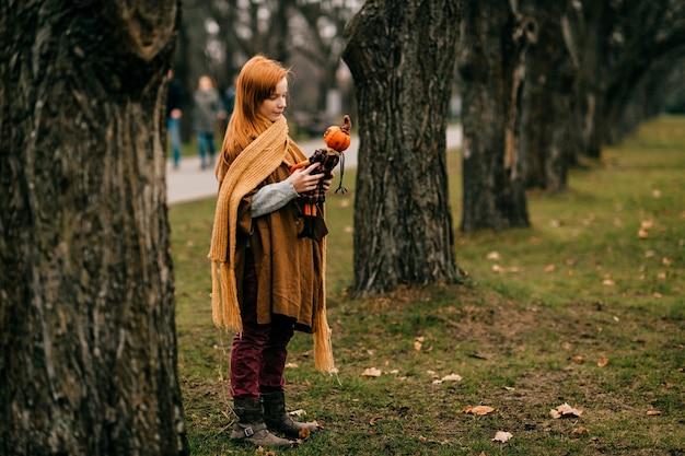 Jong meisje poseren in het park