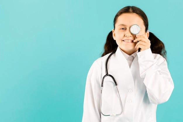 Jong meisje poseren met een stethoscoop