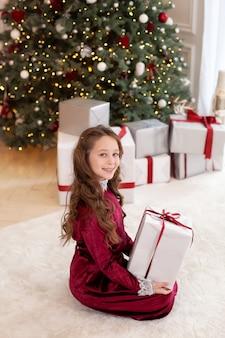 Jong meisje poseren met kerstcadeaus