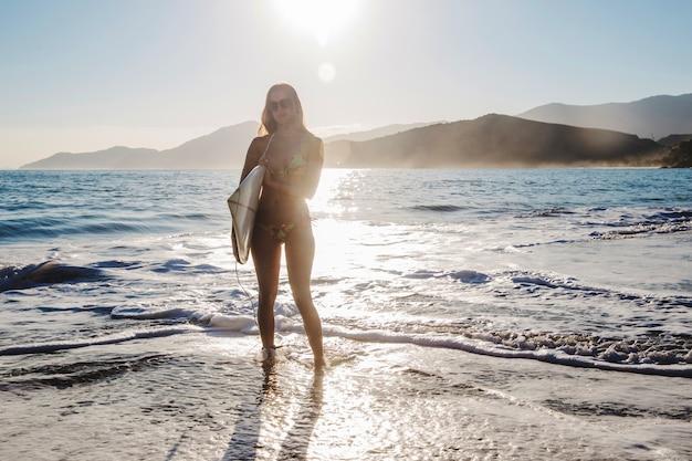 Jong meisje poseren met surfplank