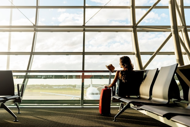 Jong meisje reizen wandelen met koffer op de luchthaven. toeristisch concept.