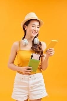 Jong meisje reiziger paspoort te houden en het gebruik van smartphone