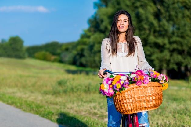 Jong meisje rijdt op een fiets