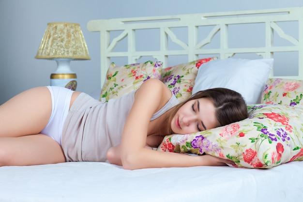 Jong meisje slaapt op bed