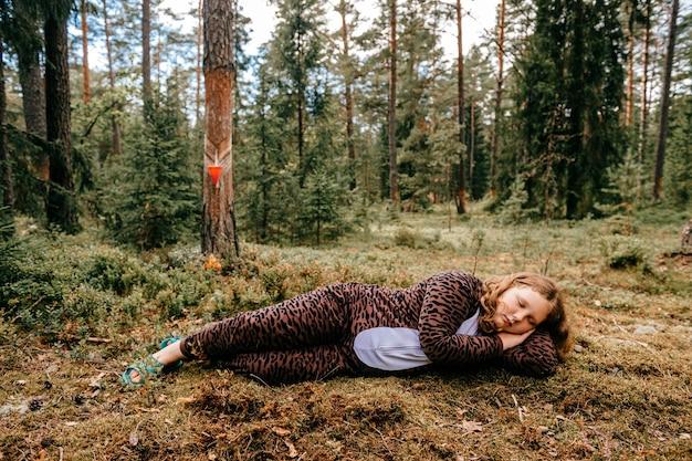 Jong meisje slapen in het bos