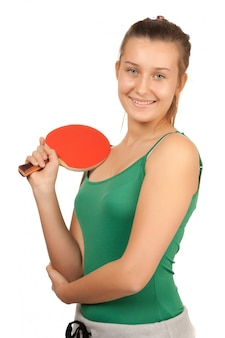 Jong meisje speelt pingpong op wit wordt geïsoleerd