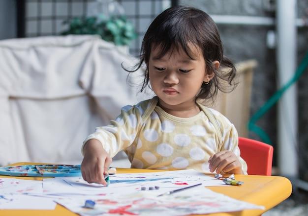 Jong meisje tekenen en schilderen