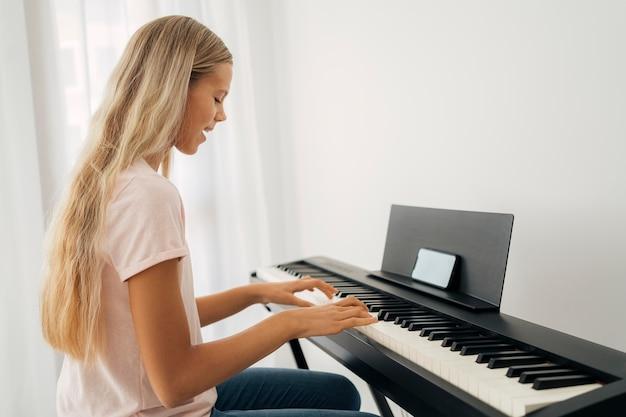 Jong meisje thuis toetsinstrument spelen