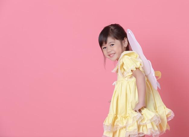 Jong meisje verkleden als een engel en spelen met vleugels.