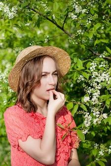 Jong meisje voor bloeiende boom.