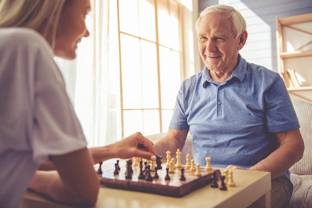 Jong meisje vrijwilliger en knappe oude man