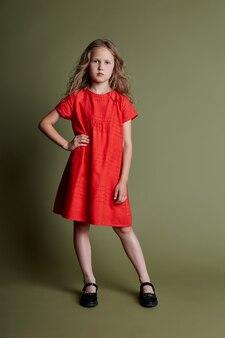 Jong meisje vrolijke emoties op het gezicht van het meisje, glimlachen en lachen. meisje in een mooie jurk en kleding op olijfolie. ,