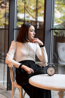 Jong meisje wacht in een café