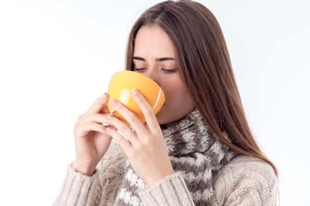 Jong meisje werd ziek en dronk hete thee geïsoleerd op een witte achtergrond