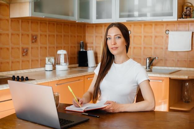 Jong meisje werkt thuis op afgelegen locatie. afstand leren.