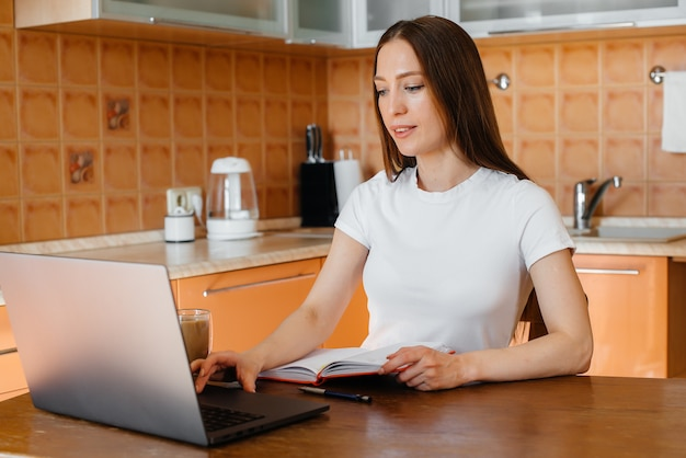 Jong meisje werkt thuis op afgelegen locatie.