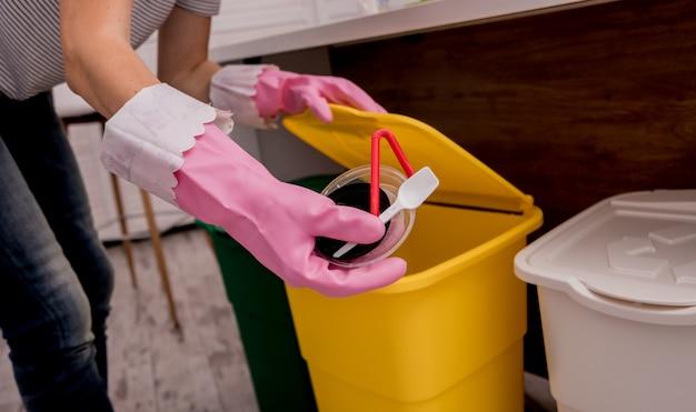 Jong meisjes sorterend huisvuil bij de keuken. concept van recycling. zero waste