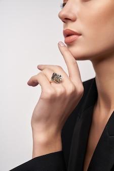 Jong model dat dure juwelen aantoont Gratis Foto