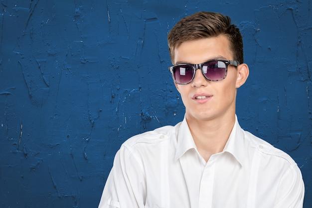 Jong model draagt een zonnebril