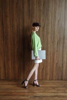 Jong model poseert met laptop in studio